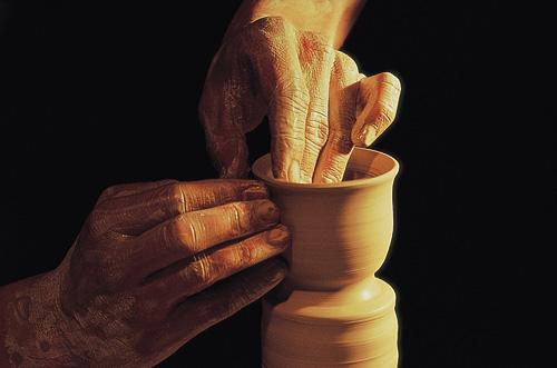 עבודת קדרות על אובניים