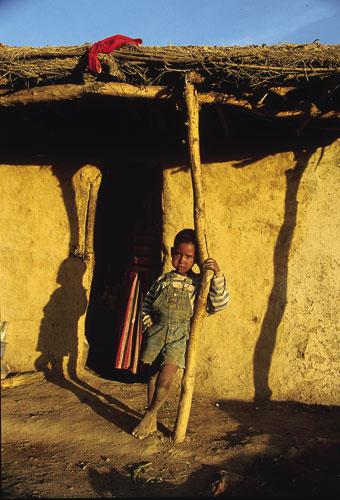 ילד בפתח ביקתה באתיופהי צילום יואל שתרוג