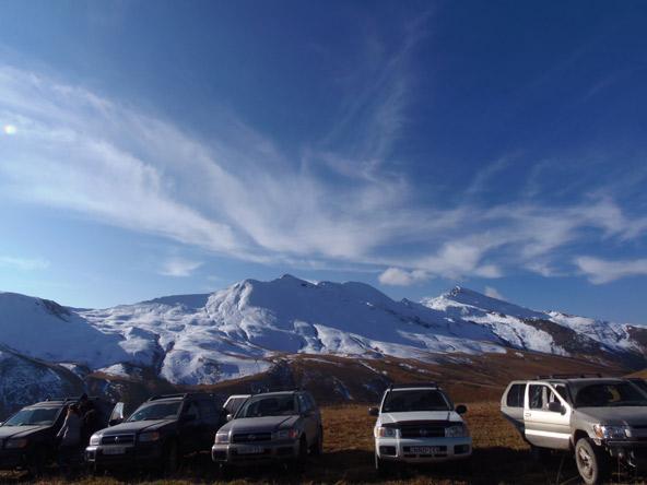 ג'יפים בגאורגיה. הרי הקווקז עדיין מכוסים בשלג באביב