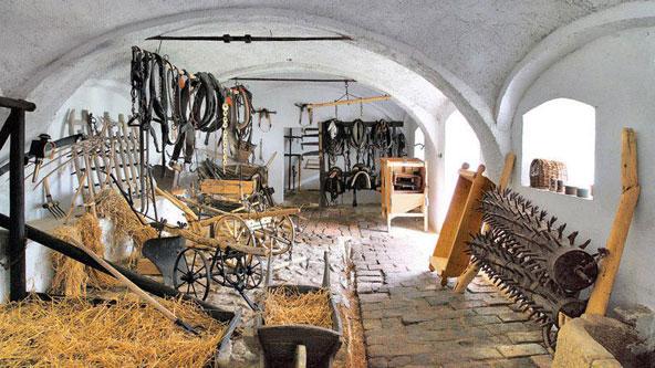 באחד הבתים בהולשוביצה תמצאו תצוגה של כלי חקלאות ומשק מראשית המאה הקודמת