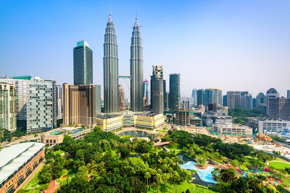 מגדלי פטרונס בקואלה למפור, מלזיה. ההתמקדות בבניית מגדלים יותר ויותר גבוהים עברה מארצות הברית לאסיה