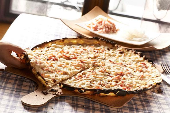 טארט פלמבה, הגרסה האלזסית לפיצה: בצק דקיק, רוטב של גבינות ושמנת, בצל ופיסות בייקון | צילום: ART GE - Creutz ©