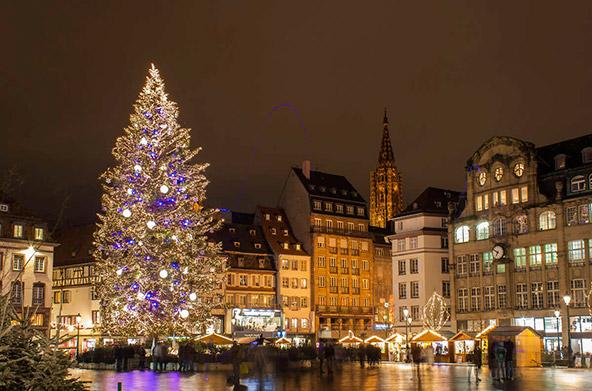 לקראת חג המולד שטרסבורג מתקשטת בשלל אורות ועצי אשוח נוצצים