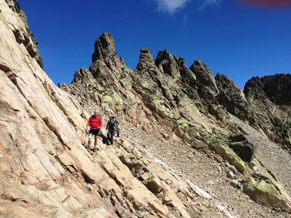 במגמת ירידה... הולכים צמוד למצוק של Breche de Capitellu | צילום: גיא קלומק
