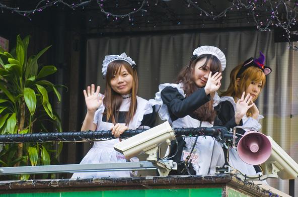 מלצריות בבגדי משרתות צרפתיות ב-Maid Cafe בטוקיו