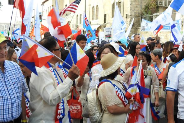תיירים מהפיליפינים חוגגים בירושלים