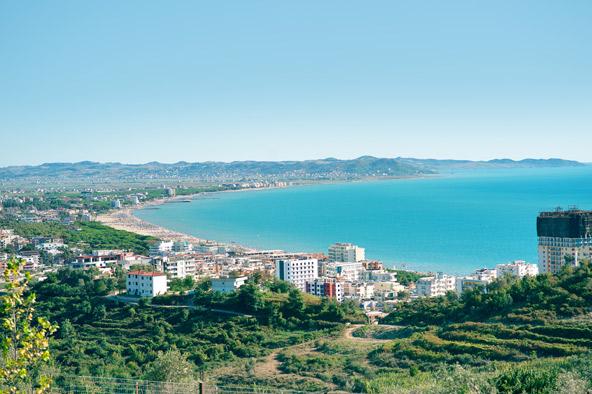 העיירה גולם. קו החוף המקסים של אלבניה נמצא במרחק נסיעה קצרה מטירנה