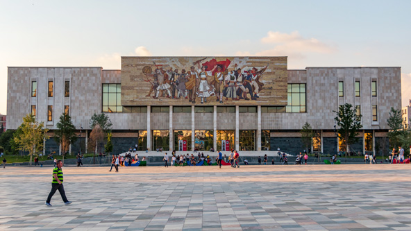 חזית המוזיאון הלאומי מעוטרת בפסיפסים