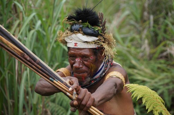 לוחם בלבוש מסורתי וחץ וקשת