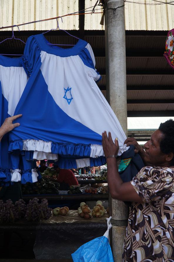 שמלת דגל ישראל בדוכן בשוק. דגל ישראל הוא השני בחשיבותו אחרי הדגל של פפואה ניו גיני