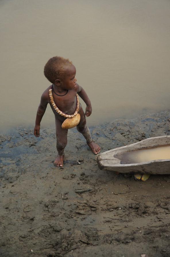 ילד מאזור הספיק ליד קאנו מעץ