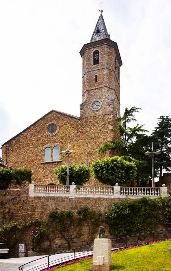 כנסייה עתיקה בעיירה סורט. בבית הסוהר לשעבר מתגלה הקשר היהודי