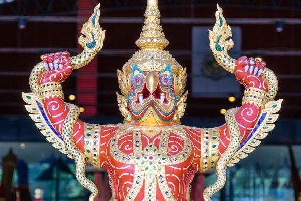 פסל חרטום בסירה מלכותית. כיום המלך מעדיף תחבורה יבשתית