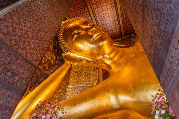 פסל מוזהב של בודהה השוכב במקדש וואט פהו