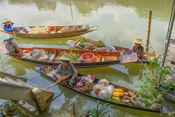 שוק צף באחת מתעלות בנגקוק