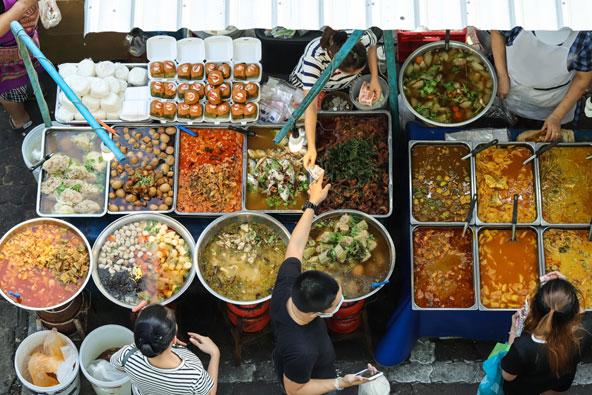 לחוויה קולינרית אותנטית אל תחששו לנסות את אוכל הרחוב של בנגקוק