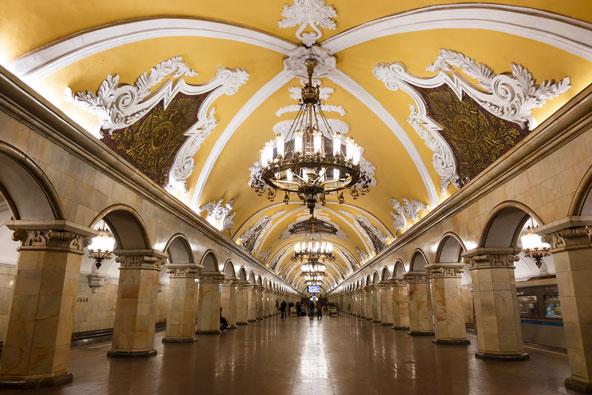 תחנת המטרו קומסומולסקאיה. התחנות של מוסקבה מהודרות בהרבה מאלו של לונדון או ניו יורק