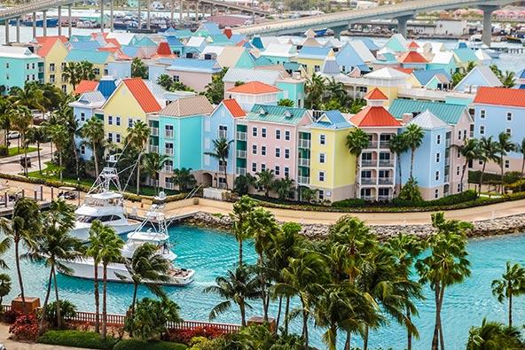 נסאו, בירת איי בהאמה. באיים, החביבים על נופשים אמריקאים, יש הרבה ריזורטים ומלונות מפנקים