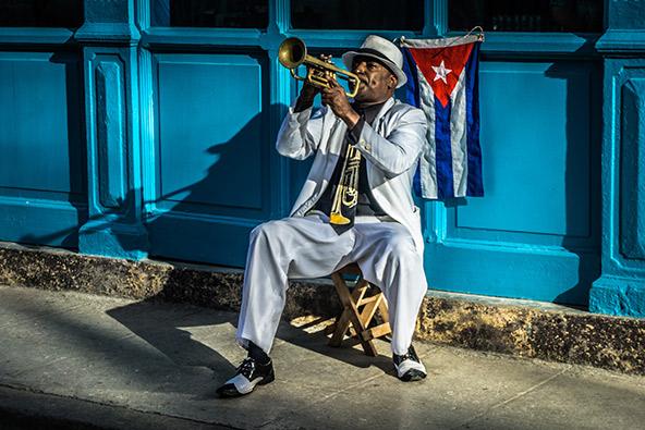 נגן רחוב בהאוונה, בירת קובה. בשונה מאיים טרופיים אחרים, לקובה באים לא בשביל החופים אלא בשביל התרבות, המוזיקה והמפגשים האנושיים