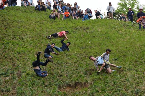 מי הזיז את הגבינה שלי? משתתפים בפסטיבל הגבינה מתגלגלים במהירות במורד גבעה תלולה