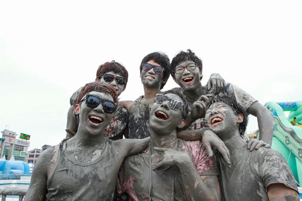 פסטיבל הבוץ בדרום קוריאה. הזדמנות לפשוט את הבגדים היפים ולהתלכלך עד הסוף