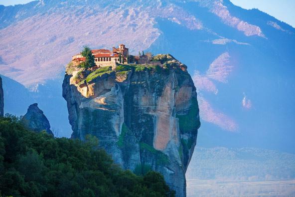 מטאורה. במשך מאות שנים הדרך היחידה להגיע למנזרים שבראשי המצוקים היתה בעזרת סולמות וחבלים