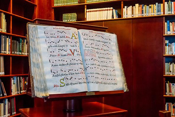 הספרייה משלבת ספרי דת נוצרים ויהודים