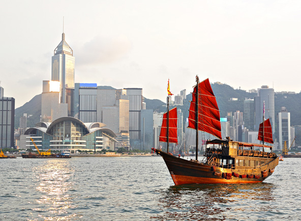 ישן מול חדש. הבניינים המודרניים משמשים רקע לסירה מסורתית בנמל ויקטוריה
