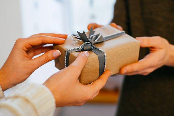 """מתנות למארחים בחו""""ל: מה כדאי להביא"""