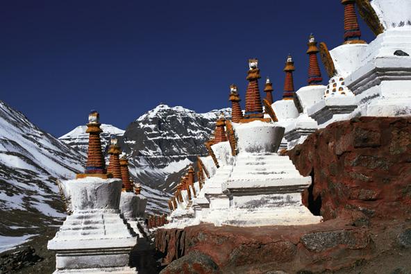 סטופות בודהיסטיות למרגלות הקאילש