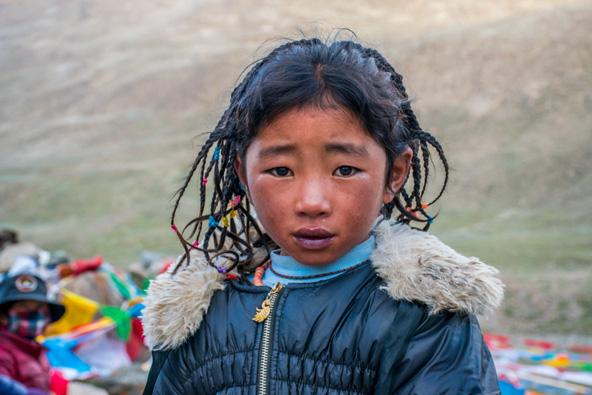 ילדה טיבטית באזור ההר הקדוש