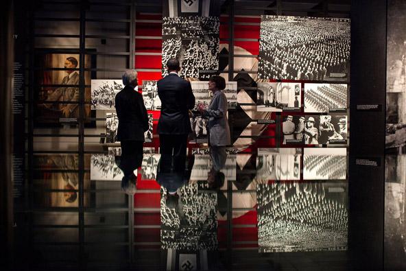 הנשיא האמריקאי לשעבר, ברק אובמה, מבקר במוזיאון השואה בוושינגטון   צילום: הבית הלבן, Pete Souza