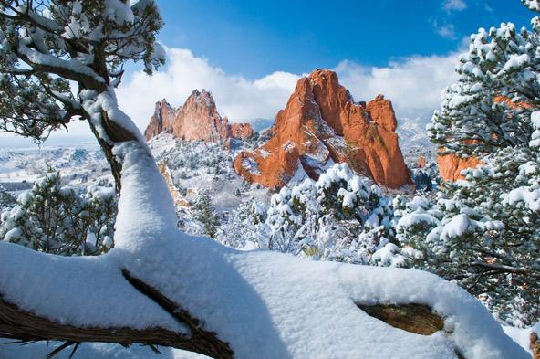שמורת גן האלים (Garden of the Gods) בקולורדו ספרינג. בחורף השלג צובע הנופים ההרריים של קולורדו בלבן בתולי
