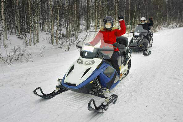 אופנועי שלג בלפלנד. חורף מהאגדות עם הרבה פעילויות בשלג | צילומים: שאטרסטוק