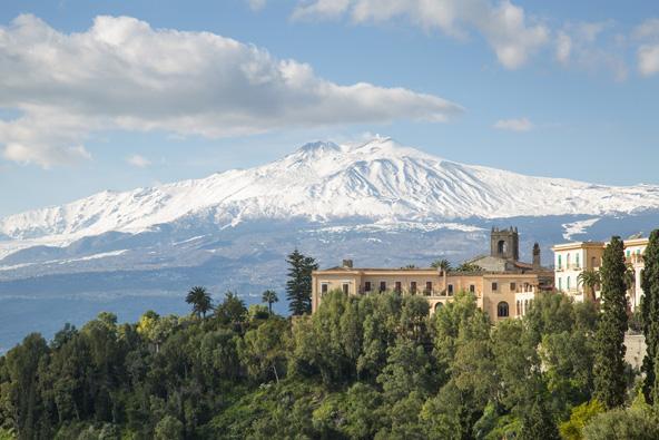 הפסגה המושלגת של הר אטנה כפי שהיא נראית מהעיירה טאורמינה
