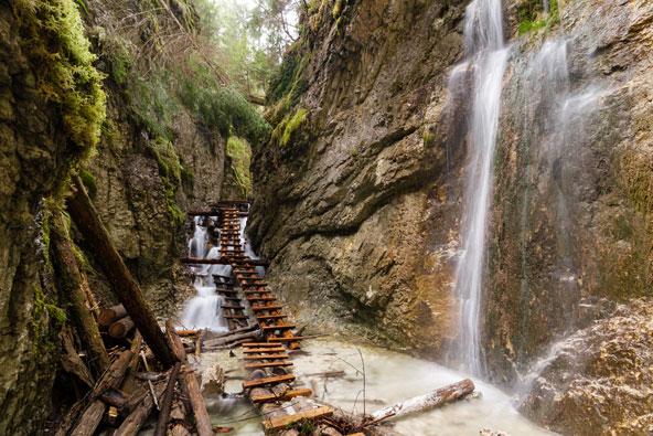 גשרי עץ מעל המים בקניון בשמורת הטבע גן העדן הסלובקי