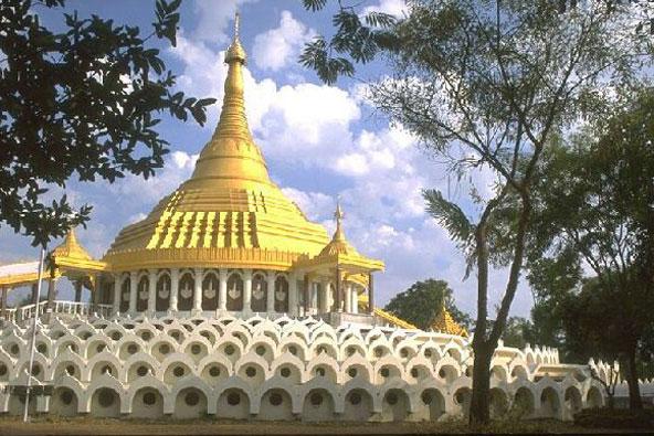 פגודה מוזהבת ב-Dhamma Giri, מרכז הוויפאסאנה הגדול בעולם