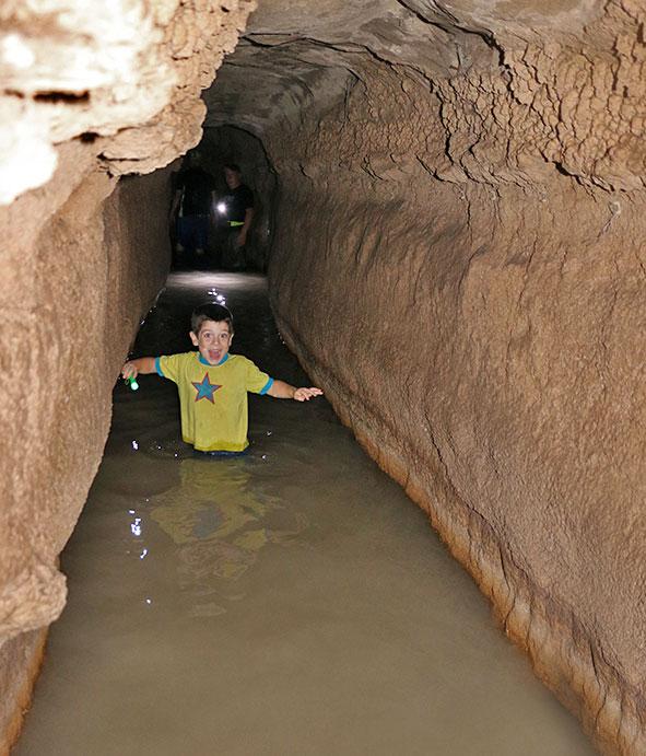 מי קדם. הליכה במים מתחת לאדמה, כיף גדול ביום קיץ חם! | צילום: תמר הירדני