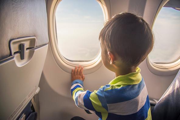 הסבלנות של ילדים צעירים קצרה מאוד, לכן כדאי להביא לטיסה משחקים וצעצועים