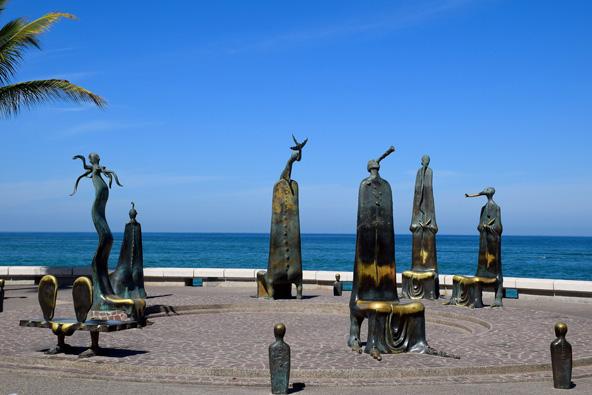 לה רוטנדה דל מר. מותר לשבת על הפסלים | צילום: Keren, flickr