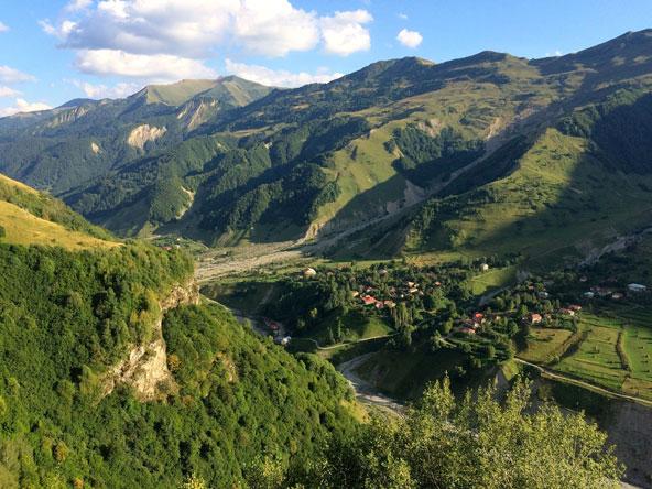 בקיץ האזור של עיירת הסקי גודאורי מתאים מאוד לטיולים בנופים ירוקים