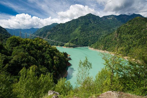 אגם אנגורי הכלוא בין הרים