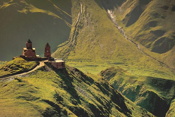 כנסיית השילוש הקדוש על רקע הר הקזבק