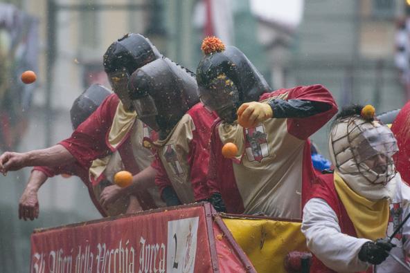 תפוזים מתעופפים לכל עבר בקרנבל של איביראה