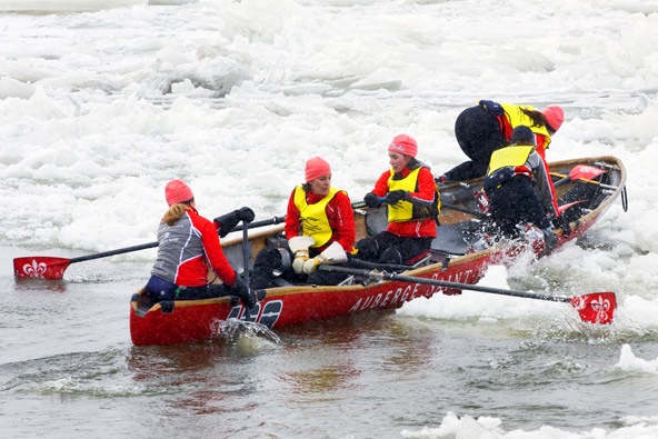 תחרות חתירה בנהר הקפוא בפסטיבל החורף של קוויבק