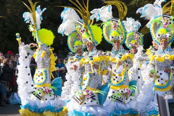רקדנים בתחפושת בקרנבל של טרנריף