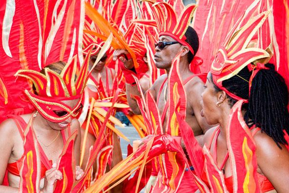 רקדנים בתחפושת של להבות אש בקרנבל של טרינידד