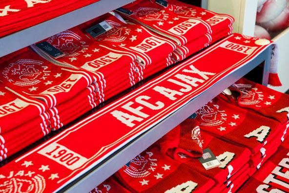 צעיפים של קבוצת הכדורגל אייאקס בחנות המוזיאון באצטדיון ארנה