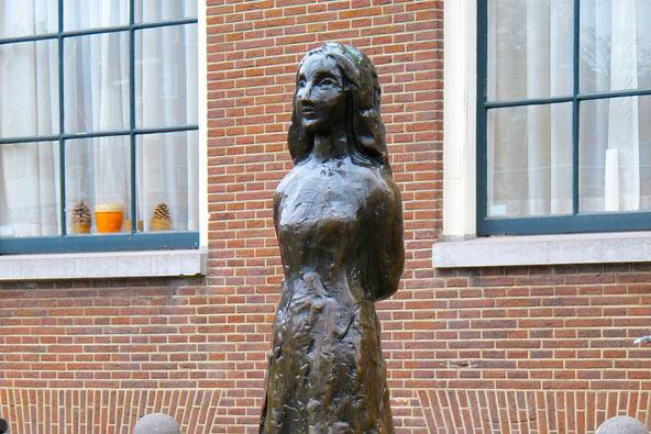 פסל של אנה פרנק ליד הבית בו הסתתרה עם משפחתה וכתבה את היומן המפורסם