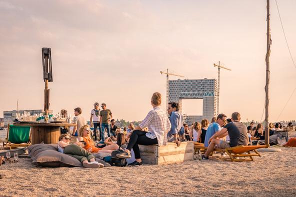 חוף בצפון אמסטרדם. נרגעים עם בירה מול השקיעה